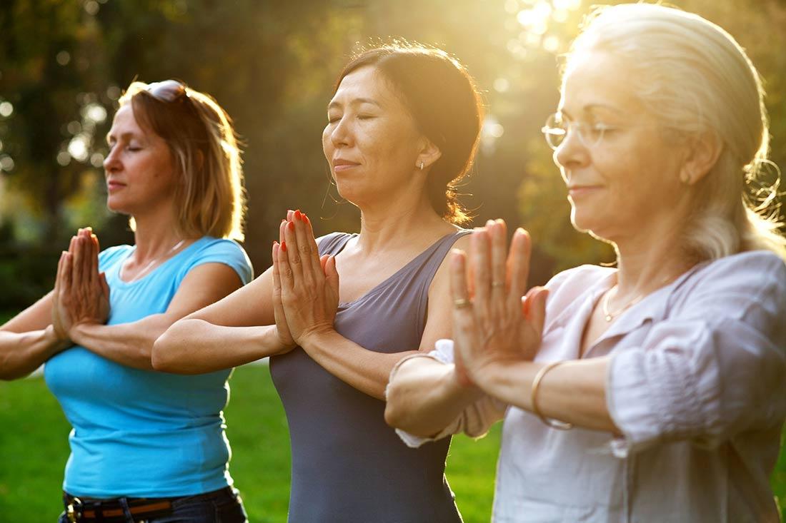 Ayurveda-Plus-Yoga_3-Damen-beim-Yoga