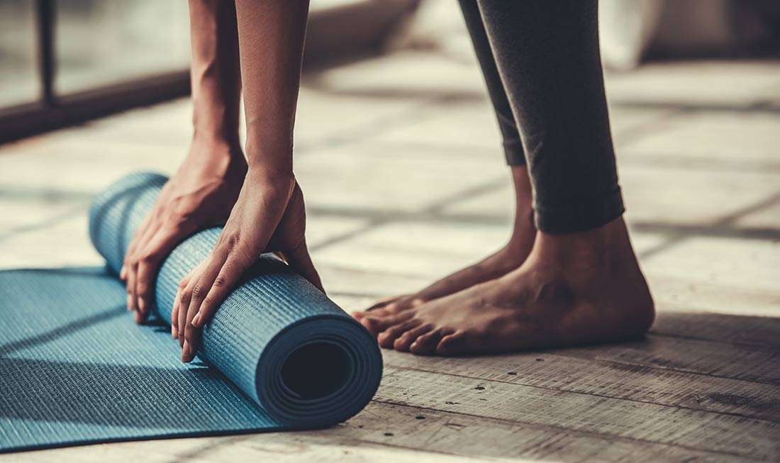 Ayurveda-Plus-Yoga_Yogamatte-mit-Fueßen