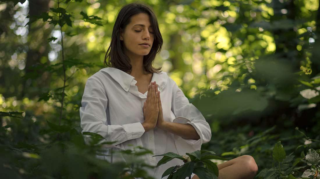 Ayurvedamagazin-Ayurveda-im-Herbst_Meditierende-im-Wald