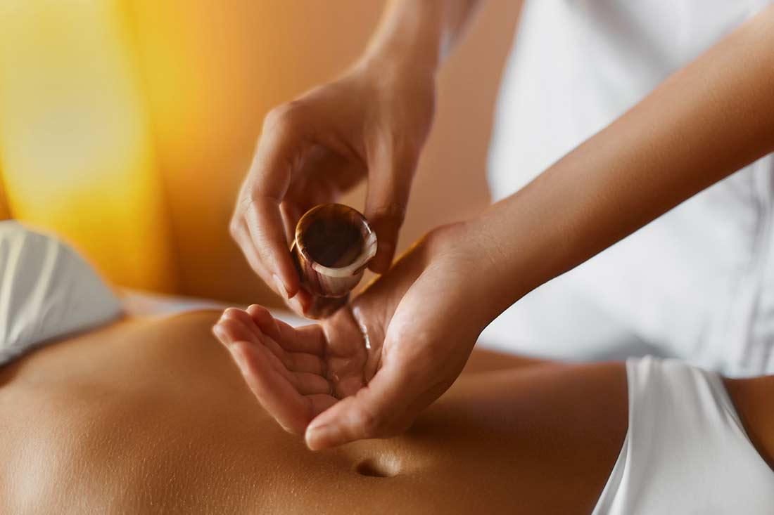 Ayurvedamagazin-Panchakarmakur-Verfahren_Therapieoel-fuer-Bauchmassage