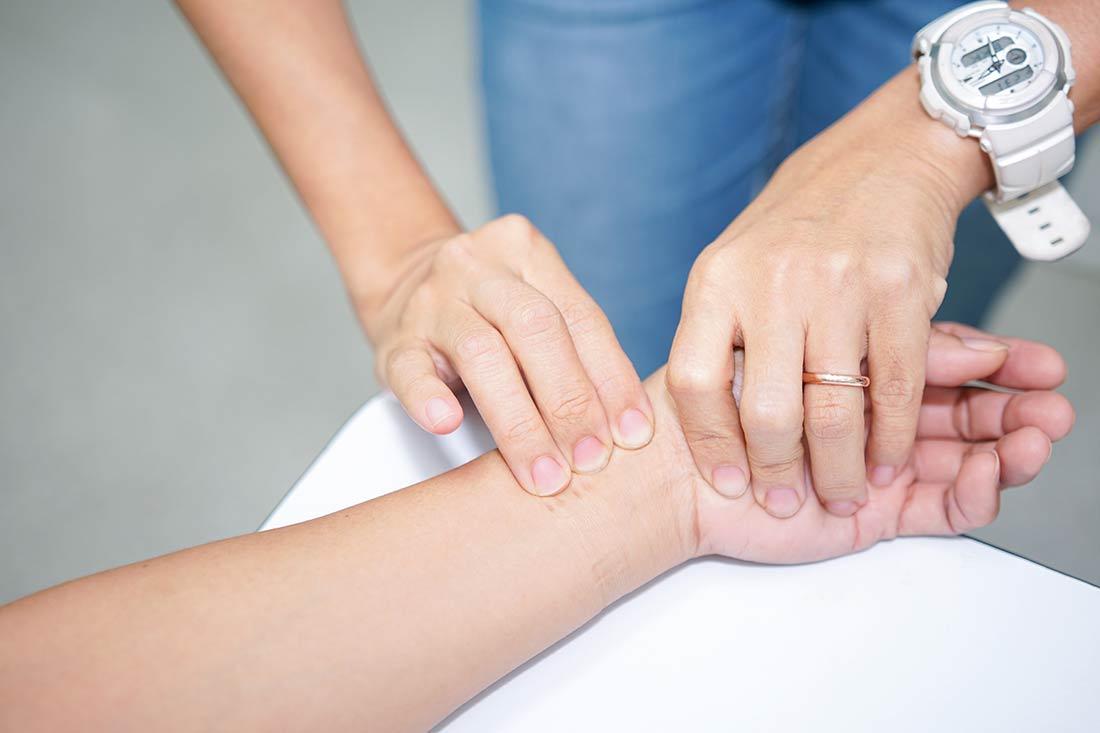 Ayurvedamedizin-Anamnese-Diagnose_Puldiagnose