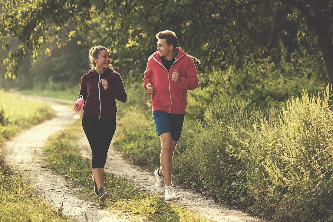 Gewichtsmanagement-5-Tage-Kurzkur-Abnehmen_Frau-und-Mann-beim-Laufen
