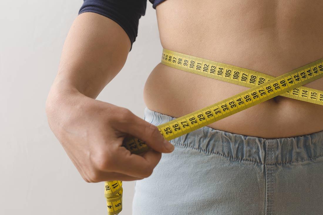 Gewichtsmanagement-8-Tage-Ekkektivkur-Abnehmen_mollige-Frau-misst-Taille