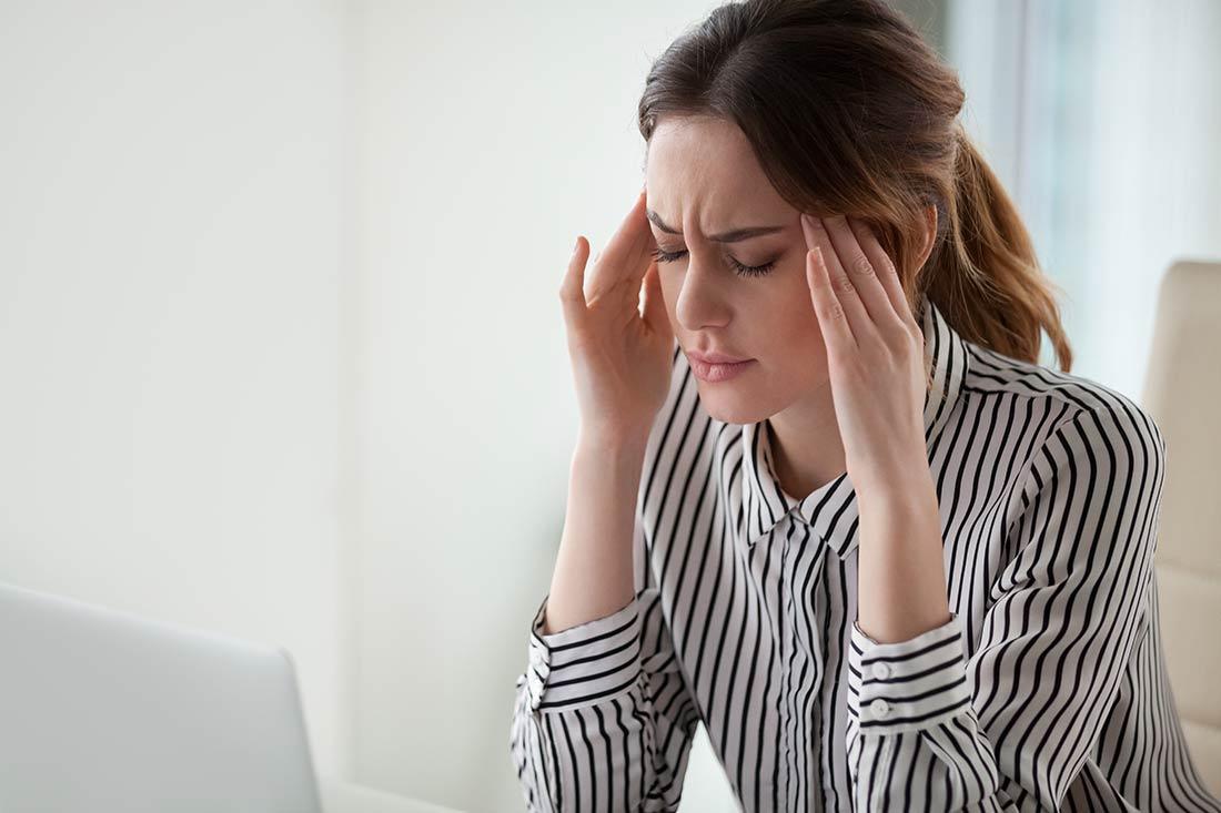 Stressbewaeltigung-5-Tage-Kurzkur_sitzende-Frau-gestresst
