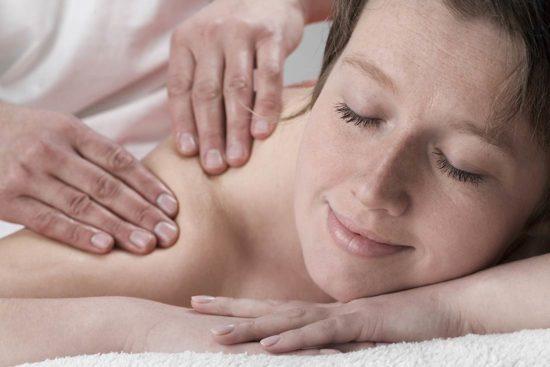 Was-ist-Ayurveda-Ambulante-Behandlungen-Bild-4-im-Text_Frau-in-Massage