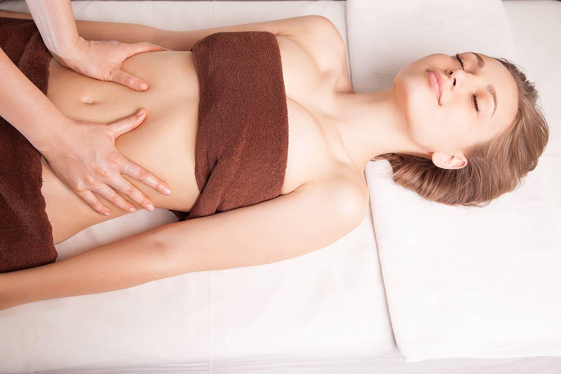 darmreinigung-Entschlacken-7-Tage-Kur-Darmreinigung_Frau-bei-Bauchmassage